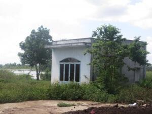 Ngôi nhà bị bỏ hoang vì sụt lún, nứt vách không thể ở được của người dân.
