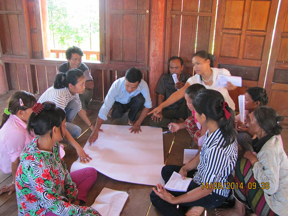 The people from Phuc Loc Hamlet  take part in a workshop to discuss the issues women face and what legal avenues they have to find a solution.