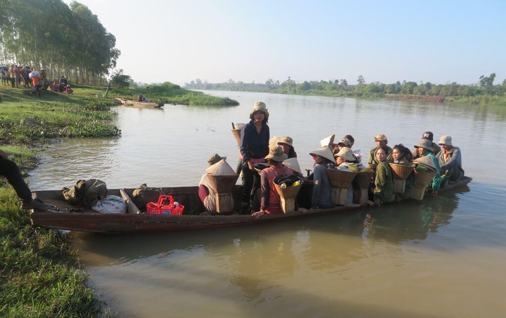 người dân sang sông đi canh tác