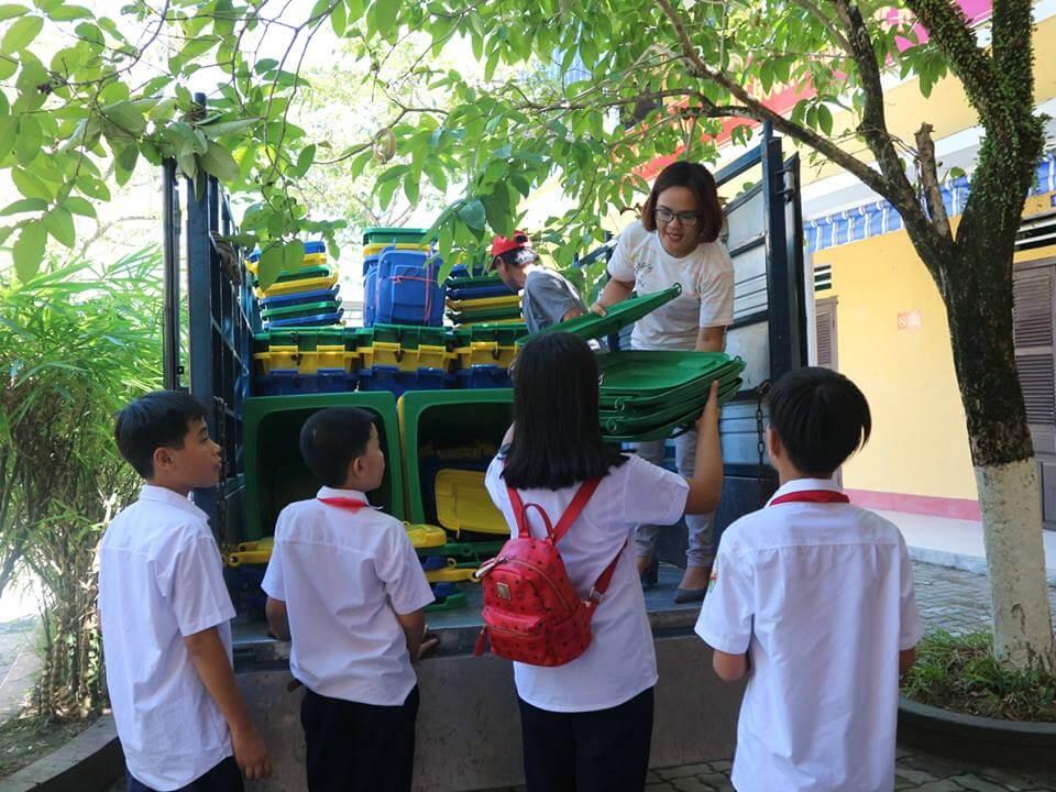 (Tiếng Việt) Hỗ trợ 149 hệ thống thu gom, phân loại rác thải cho 06 trường học
